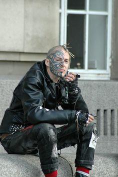 london punk to the curb Facial Tattoos, Hot Tattoos, Black Tattoos, Punk Subculture, Selfies, Post Apocalyptic Fashion, Full Body Tattoo, Tattoo Photography, Bild Tattoos