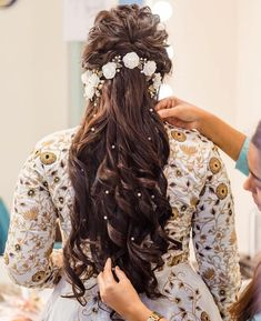This festive season slay your dandiya look with these easy and elegant Navratri hairstyles. Here is a list of dandiya night hairstyles! Bridal Hairstyle Indian Wedding, Bridal Hair Buns, Hairdo Wedding, Braided Hairstyles For Wedding, Bouquet Wedding, Wedding Nails, Wedding Dresses, Bridal Hairdo, Open Hairstyles