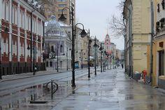 После сокращения проезжей части и соответственно расширения тротуара, многие улицы в центре Москвы сильно выиграли в плане красоты. Нет больше вечно…