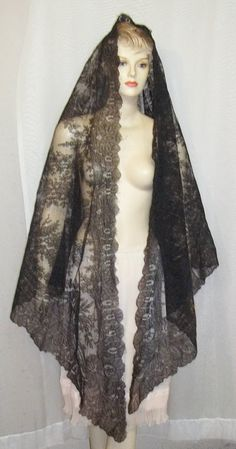 Antique c1900 Black Chantilly Lace Spanish Mantilla...si por favor.