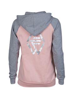We Are Fit Cozy Pink Hoodie er en moderne formet grå og lyserosafarget hettegenser. Du kommer til å elske de etterspurte fargene og det supermyke materiale.
