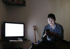 O gerente Mateus Escudero, 33, não gosta de ficar sozinho e não lembra qual foi a ultima vez que ficou completamente sozinho em seu apartamento