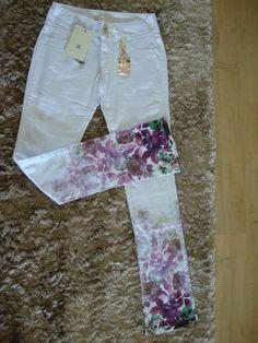 471-calça Jeans Com Detalhe Floral Em Baixo Na Perna - R$ 289,00 no MercadoLivre