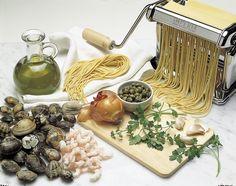 SPAGHETTI CON VONGOLE E GAMBERI IN SALSA VERDE    Ingredienti:  280 g di spaghetti 800 g di vongole veraci 250 g di code di gamberi sgusciati 1 cucchiaiata di prezzemolo tritato 1 spicchio d'aglio 20 g di capperi 2 filetti di acciughe sotto sale 6 cucchiaiate d'olio pepe nero  Per il court bouillon: 1 carota pelata e affettata 1 cipolla tagliata ad anelli 2 spicchi d'aglio affettati 2 dl di vino bianco 1 dl d'olio 1 foglia d'alloro alcuni grani di pepe nero  Lasciare le vongole in acqua e…