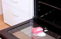 Вы можете купить моющие и чистящие средства для духовкипрактически в любом магазине. Средства, растворяющие нагар и жир, представлены в большом ассортименте. Но вот какая проблема - практически все они содержат много вредных для здоровья человека ингредиентов. И использовать их бывает очень небезоп