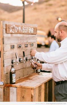 Une barre en bois avec des tireuses à bière, une idée parfaite pour ton mariage | Décoration Mariage | Idées pour décorer un mariage pas cher