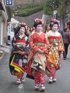 3 maikoa ( geisha oppilasta ) päiväkävelyllä Kiotossa