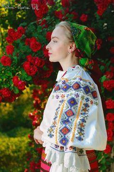 Traditional Romanian costume from the Mititei village, Transylvania (vintage). Folk Fashion, Ethnic Fashion, Folk Embroidery, Embroidery Patterns, Folk Costume, Costumes, Romania People, Romanian Girls, European Girls