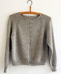 Helga Cardigan - Cardigans/Jakker - Kvinder - Designs i kategorier Knitting Designs, Knitting Projects, Knitting Patterns, Casual Sweaters, Cable Knit Sweaters, Work Aprons, Cardigan Pattern, Military Fashion, Pulls