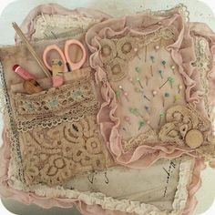 Sewing kit, too pretty to use sew* Schlaflos in NRW *: Howdy! Fabric Art, Fabric Crafts, Sewing Crafts, Sewing Projects, Sewing Kits, Fabric Books, Needle Case, Needle Book, Shabby Chic Crafts