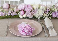 Peoner er vakkert både som kuvertpynt og i dekorasjoner.