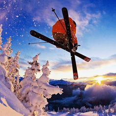 #Skiing motivates us to build our goods. *** credit to @paulmorrisonphotography #whistlermountain #whistlerblackcomb #whistler #lowepro #loweprofessional #skiing #iceskiing #snowtime #extremecold #fitness #coldwinter #fahrenheit.ai #fahrenheit #warmgloves #heatedsocks #powdertrees #mountains #explorer #skitrip #jump #freeriding #snow #skiingislife #sunrise #atthetop #health