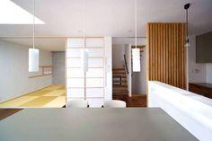 ダイニングから階段/和室をみる。: 6th studio / 一級建築士事務所 スタジオロクが手掛けたtranslation missing: jp.style.ダイニング.modernダイニングです... - homify / 6th studio / 一級建築士事務所 スタジオロク