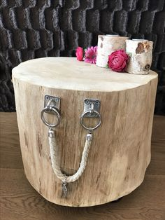 With decorative sisal handles , : Blank trunk side table. With decorative sisal handles , Tree Stump Furniture, Log Furniture, Furniture Projects, Sisal, Diy Wood Projects, Wood Crafts, Trunk Side Table, Wood Stumps, Wood Slices