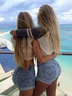 High waisted shorts and blonde hair BFF Best Friend Pictures, Friend Photos, Sexy Jeans, Sexy Shorts, Tokyo Street Fashion, Short Waist, Best Friend Goals, Best Friends Forever, High Waisted Shorts