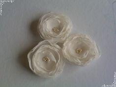 Trio flores em tecido importado com miolo em missangas peroladas e douradas, mede aproximadamente 7cm diâmetro cada flor.    Para penteado de noivas ou outras ocasiões.  Confeccionada também em outras cores e tamanhos.