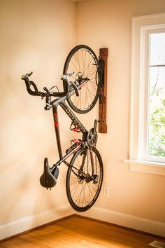 Prima artesanal 3 soporte vertical ajustable portabicicletas son de madera maciza de roble rojo americano con un acabado de su elección. El tamaño total es 36 largo x 3.5 de ancho x 7,5 de profundidad. La suspensión de la bicicleta está hecha de metal con un acabado de recubrimiento en polvo. El bastidor ha sido diseñado con una palanca de la leva que proporciona un ajuste rápido y fácil en segundos (No requiere de herramientas). Este producto es perfecto para dentro de su Loft, condominio, a... Bike Storage Design, Bike Storage Home, Bike Storage Rack, Vertical Bike Stand, Vertical Bike Storage, Diy Bike Rack, Bicycle Rack, New Electric Bike, Bike Wall Mount