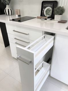 Soft close drawers in the kitchen Kitchen Cabinet Storage, Storage Cabinets, Kitchen Cabinets, Open Living Area, Interior Design Living Room, Kitchen Decor, Drawers, Design Ideas, Houses