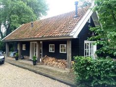 Holiday house nearby Giethoorn - Blockhütten zur Miete in Wetering Bungalows, Tiny House Cabin, Wooden House, Cottage Homes, Lofts, Jacuzzi, House Painting, Black House, House Colors