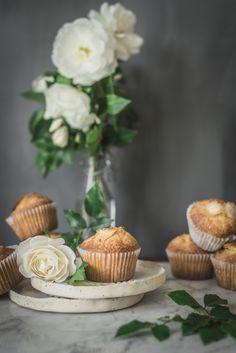 Magdalenas caseras de yogur griego Grey Kitchen Walls, Grey Walls, Tapas, Looks Yummy, Food Design, I Love Food, White Roses, Green Leaves, Food Photography