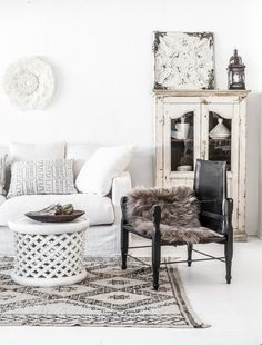 So fresh and so calming decoration. You can combine different shades and textures, the options are endless. And the black safari chair is just gorgeus!