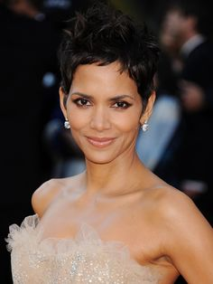 If the elixir of life actually exists, then we're convinced that Halle Berry has found it (or maybe it's just all the bone broth she drinks). At Halle is Oscar Hairstyles, Cool Hairstyles, Halle Berry Short Hair, Halle Berry Pixie, Halley Berry, Divas, Hollywood, Beauty Trends, Short Hair Styles