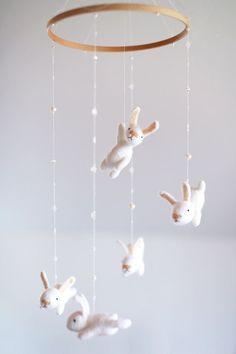 mit einem EXTRA weiße Hase - Krippe Mobile - Bunny mobile mobile benutzerdefinierte Kindergarten    Diese Gefilzte Hase Kinderzimmer mobile ist ein
