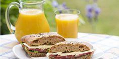Vollkornprodukte helfen, einem Eisenmangel vorzubeugen. Zusammen mit Vitamin C kann der Körper Eisen besser aufnehmen – ein Glas Orangensaft vergrößert deshalb den Effekt eisenreicher Nahrung