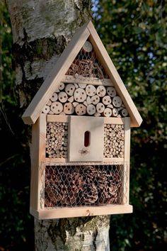 E' una piccola casetta di legno o un nido? :)