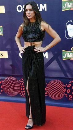 Ranskan Alma poseerasi piukassa mustassa juhlaleningissä.