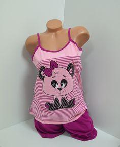Дамска пижама с апликация - мече в розов цвят в предната част и лилв отзад. Тънки презрамки в лила и кант на деколтето. Панталоните са къси  в лилав цвят с ластик и връзка на талията.