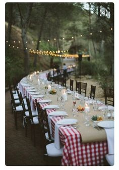 Summer party tablescape, great outdoor rehearsal dinner or wedding tablescape for a rustic theme Soirée Bbq, I Do Bbq, Outdoor Dinner Parties, Garden Parties, Backyard Parties, Outdoor Entertaining, Backyard Bbq, Rehearsal Dinners, Outdoor Dining