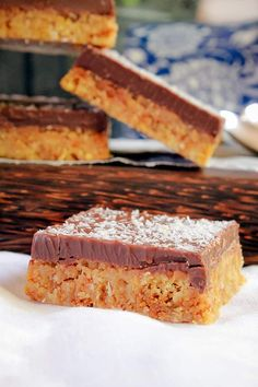 A completely no-bake Coconut Chocolate Slice with a crunchy coconut biscuit base and a crispy milk chocolate top. Delicious, quick and easy! You are going to LOVE this slice! Baking Recipes, Cookie Recipes, Dessert Recipes, Eggless Recipes, Fodmap Recipes, Milk Recipes, Baking Tips, Baking Ideas, Vegan Recipes