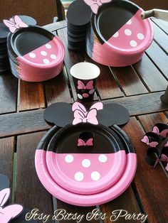 Minnie Mouse dessert plates Minnie Mouse cake by itsybitsyitsparty Minnie Mouse Theme Party, Minnie Mouse First Birthday, Minnie Mouse Cake, Mickey Party, Mouse Parties, Mickey Mouse, Disney Parties, Mickey Cakes, Mickey Birthday