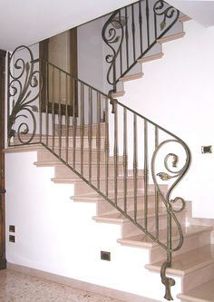 Escaleras Staircase Railing Design, Wrought Iron Stair Railing, Metal Stairs, Balcony Railing, 3 Storey House Design, Balcony Grill Design, Staircase Remodel, House Stairs, Iron Decor