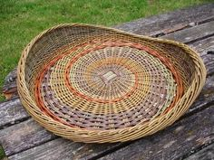 Paper Weaving, Weaving Art, Hand Weaving, Basket Tray, Paper Basket, Willow Weaving, Basket Weaving, Contemporary Baskets, Pine Needle Baskets