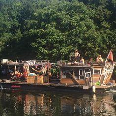 36 Grad und es wird noch heißer... Gut wenn man schon früh am Morgen unterwegs war bei Schlappen 30 Grad! Die Jungs und Mädels auf der Spree waren auch schon Extremist gut gelaunt und haben mit lauter Musik die halbe Stadt geweckt! Sensationell  und passend auch der Name des Bootes zum heutigen Tag des #brexit --> es hieß #anarchy  mein #laufbuddy #runbuddy war auf Stippvisite aus #London hier und war fassungslos betrübt und echt besorgt wie das passieren konnte... So kamen 155 für die Jungs…
