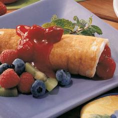 ***Fruit Pancake Roll-Ups Recipe -Sweetened sour cream and fruit pie filling add flavor and richness to these pretty rolled pancakes from Wendy Moylan of Crystal Lake, Illinois. They're tasty for brunch.or dessert. Breakfast Plate, What's For Breakfast, Christmas Breakfast, Fruit Crepes, Fruit Pancakes, Fruit Pie, Brunch Recipes, Breakfast Recipes, Dinner Recipes
