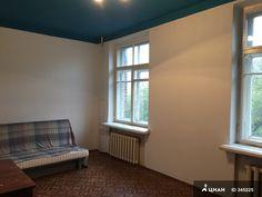 Продаю просторную, светлую комнату 20 кв.м в 3-комнатной коммунальной квартире на 4-ом этаже 4-х этажного кирпичного дома, расположенного по адресу: Пуговишников переулок, д. 5. Комната в собственности более 5-ти лет. Возможна покупка в ипотеку! Высота потолков 3 метра. Окна выходят на юго-запад. В двух других комнатах проживают квартиранты - без вредных привычек, дружелюбные, тихие, работающие. В квартире имеется вся необходимая бытовая техника. В подъезде чисто, недавно был сделан ремонт…
