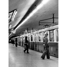 De Madrid al cielo: Álbum de fotografías y documentos históricos. - Urbanity.cc Metro Subway, Foto Madrid, Spanish, Photograph Album, Metro Station, Infancy, Father, Souvenirs, Sky