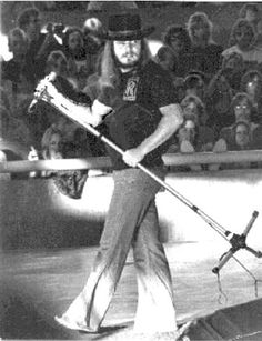 Lynyrd Skynyrd's Ronnie Van Zant - he always sang barefooted so he could feel the music resonate off the stage. Roll down the windows, crank up Freebird, The Breeze, and Gimme Three Steps! Gary Rossington, Allen Collins, Music Love, Music Is Life, Rock Music, Lynyrd Skynyrd, Great Bands, Cool Bands, Ronnie Van Zant