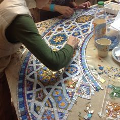 Pin by Yael Kazaz on Mosaic table top Mosaic Tile Art, Mosaic Artwork, Mosaic Diy, Mosaic Garden, Mosaic Crafts, Mosaic Glass, Glass Art, Mosaic Designs, Mosaic Patterns