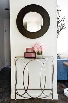 This narrow entrance grew in importance with the mix of metal and wood. Furniture, Wood, Entrance, Interior, Home Decor, Bathroom Mirror, Round Mirror Bathroom, Lounge Areas, Mirror