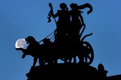 Vista de la Luna tras la cuádriga de la Ópera de Dresde, Alemania.