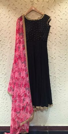 Floral pink Chunni with black kurta.emmm emm n that gota Patti.enough to drool… Kurti Designs Party Wear, Salwar Designs, Blouse Designs, Choli Designs, Indian Attire, Indian Ethnic Wear, Indian Dresses, Indian Outfits, Indian Designer Suits