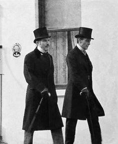 Dwóch dżentelmenów spacerujących po londyńskiej ulicy