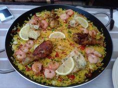 Zomerse paella met kip, chorizo en kabeljauw en gamba's | Lekker Tafelen