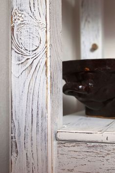 Obroušené hrany, letokruhy a suky dodají vzhledu nábytku plastičnost. Furniture Upholstery, Decoupage, Diy And Crafts, Pergola, Homemade, Shabby, Home Decor, Ideas, Repurpose