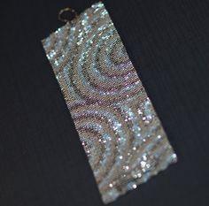 Esta versión de concéntricas, mi tercera (hasta ahora), fue creada utilizando algunas de mis perlas favoritas: acero oscuro brillante, plata mate y acabado claro como el cristal ab. Los metálicos son magníficos, y los acabados contrastantes añadir un montón de interés a este diseño. Amplia