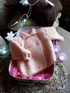 Voici un modèle tricot bébé idéal à tricoter pour son bébé à naître ou comme moi pour gâter sa petite nièce… A l'annonce de l'arrivée d'une petite fille, la toute première de la tribu, j'ai eu envi... Baby Knitting Patterns, Kids Patterns, Knitting For Kids, Cardigan Bebe, Baby Cardigan, Bebe Baby, Baby Coat, Baby Couture, Crochet Baby